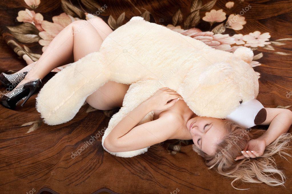 Блондинка мастурбирует большими игрушками / Мастурбация